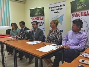 Minister Alex Schwengle van Volksgezondheid tijdens de persconferentie vanochtend waarin de eerste vier gevallen van zika werden aangekondigd. Foto: Ariën Rasmijn