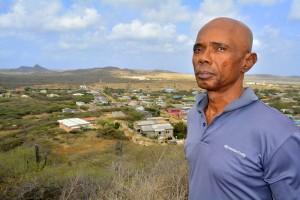 Norwin Ferero op Seru Gato, met uitzicht op plantage Malpais | Foto Dick Drayer