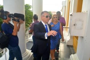 Gerrit Schotte en Cicely van der Dijs komen aan bij de rechtszaal - foto: Dick Drayer