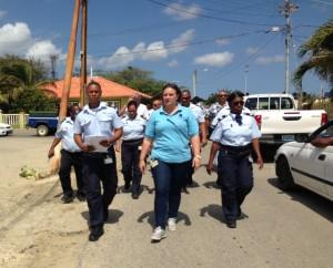 Personeel van de JICN loopt in optocht naar het hoofdgebouw van RCN - foto: Janita Monna