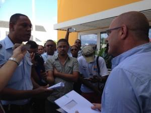 Links Charel Janga Janga in gesprek met RCN-directeur Jan Helmond - foto: Janita Monna