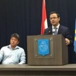 Minister Schwengle aan het woord tijdens de persconferentie vandaag. Naast hem Dr. Salazar – foto: Ariën Rasmijn