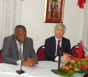 Gedeputeerde Reginald Zaandam (links) en minister Ronald Plasterk tijdens de presentatie van het meerjarenplan - foto: The Daily Herald / Althea Markman
