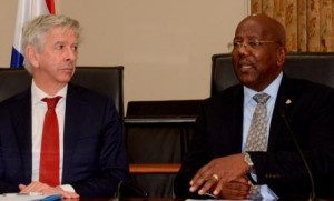 Minister Ronald Plasterk (links) met Minister President William Marlin. Foto Today / Leo Brown