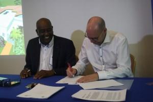 Ben Oleana (FCB) en Erik Jansen van SVP-CN onderteken de samenwerkingsovereenkomst - foto: Janita Monna