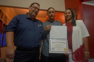 Marianne Lopez (midden) met haar ouders - foto: Sharina Henriquez