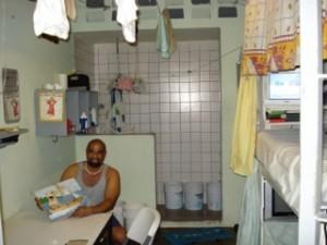 Gevangene in zijn cel in de Point Blanche gevangenis - Foto: Jean Mentens