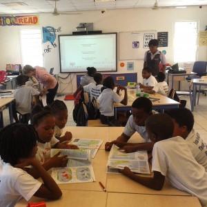 Leerlingen op de Asha Stevens School op Sint Maarten hebben als eerste kennis gemaakt met het lespakket over slavernij en mensenrechten - foto: Jordi Halfman