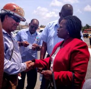Onafhankelijk Statenlid Marilyn Moses kwam vanmiddag praten met de protestanten. Foto: Elisa Koek