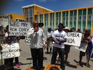 Clyde van Putten spreekt de aanwezige demonstranten toe. Foto: Janita Monna