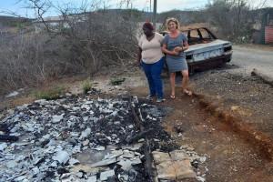 Etty en Gerda bij het afgebrande huis van J.L op Tera Pretu | Foto's Dick Drayer