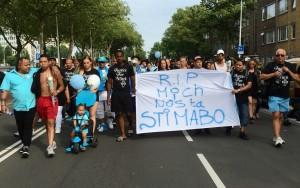 Honderden mensen houden samen met nabestaanden van Mitch Henriquez een stille tocht door Den Haag in de zomer van 2015 - foto: John Samson