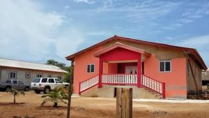 Een nietsvermoedende voorbijganger zou het waarschijnlijk niet opvallen dat de huizen in Little Haïti allemaal illegaal zijn gebouwd. Foto: Elisa Koek