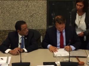 Voorzitter Jeroen Recourt ondertekent de afsprakenlijst van het IPKO. Foto: Pieter Hofmann.