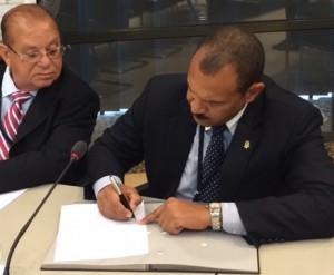 Statenvoorzitter Mike Franco (Curaçao) ondertekent de afsprakenlijst van het IPKO. Foto: Pieter Hofmann.