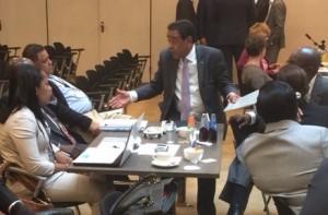 Rene Herdé (Aruba, midden) overlegt met de Sint-Maartense delegatie tijdens een schorsing van het overleg. Foto: Pieter Hofmann.