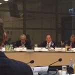 Elmer Wilsoe (midden) spreekt op het IPKO. Andre Bosman (links, op de rug gezien) luistert. Foto: Pieter Hofmann.