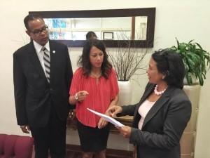 Statenlid Desiree Da Sousa-Croes (rechts) dient het amendement in bij Statenvoorzitter Marisol Lopez-Tromp en de griffier van d Staten van Aruba. Foto: Ariën Rasmijn