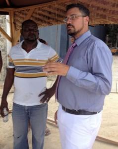 Advocaat Achim Henriquez praat met buurtbewoners - foto: Deya Mensche