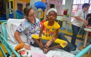 Kinderarts in opleiding Van Der Maele ontfermt zich in de Family Room over een patiëntje | Foto: Dick Drayer