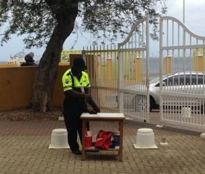 Bewaking bij de rechtszaal tijdens - foto: Janita Monna