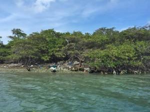Afval op een rif-eiland aan de andere kant van het lagoen - foto: Ariën Rasmijn