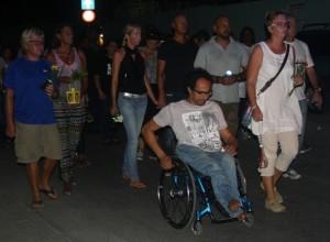 Initiatiefnemers van de stille tocht Mimoun Himmet en Marieke Knol lopen vooraan - foto: Janita Monna