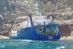 Vrachtschip MV Sirena is op de uiterste noordpunt van St. Eustatius aan de grond gelopen.
