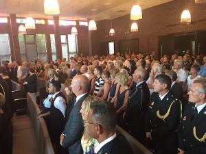 De aanwezigen staan op als de familie van de overleden Ferry Bakx de zaal binnenkomt. Foto: Pieter Hofmann.
