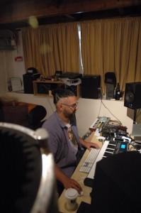 Producer/songwriter Clifford Goilo aan het werk in zijn studio. Foto: Pieter Hofmann.
