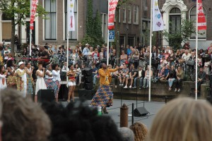 Zangeres Giovanna op het Grachtenfestival. Op de achtergrond het ZO Gospel Choir. Foto: Pieter Hofmann