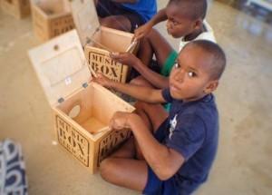Bij de jongsten begint Spaltman een ritme waarop de leerlingen een voor een gaan meespelen. Foto: Elisa Koek