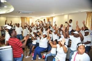 National Alliance supporters steken hun handen op als teken dat de partij tien zetels wil winnen. Foto Today / Milton Pieters