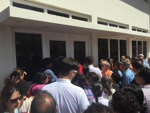 Voor- en tegenstanders van het amendement voor geregistreerd partnerschap wachten bij de publieksingang van het parlement om de vergadering bij te wonen. Foto: Ariën Rasmijn
