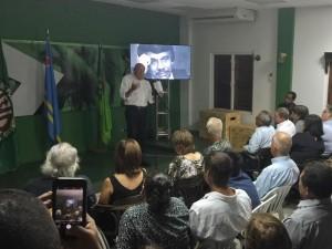 Oud partijleider Henny Eman spreekt de zaal toe tijdens de herdenkingsbijeenkomst voor Mito Croes. Foto: Ariën Rasmijn