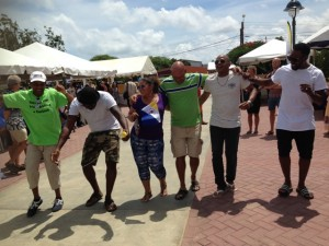 Het publiek danst spontaan op de wijs van oude kinderliedjes - foto: Janita Monna