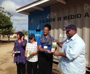 Alcira Janga-Jansen overhandigt de voorlichtingsfolder van de campagne aan gedeputeerde Joselito Statia - foto: Janita Monna