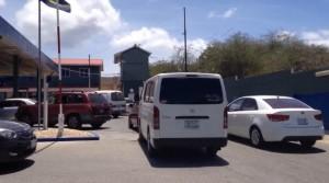 Omdat brandstofdistributeur Curoil vanochtend niet langs de blokkades kon, ontstonden er files bij de pompstations van autobestuurders die voor de zekerheid gingen tanken - foto: Elisa Koek