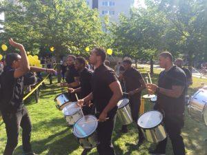 Jannuel Rosina en de brassband in actie op de diversiteitsparade Ieder1 in Amsterdam. Foto: Pieter Hofmann.