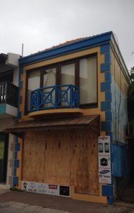 Winkels en gebouwen aan de waterkant hadden ramen dichtgetimmerd en zandzakken voor de deur gelegd - foto: Janita Monna