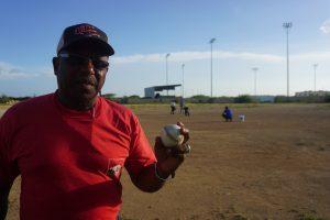 Honkbaltrainer Cai Cai Williams is niet blij met het plan van de overheid - foto: Sharina Henriquez