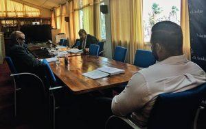 Onder toeziend oog van twee coordinatoren van Energie-minister Mike de Meza leest AVP-Statenlid Marlon Sneek stukken van het contract tussen het Land Aruba en Citgo. Foto: Ariën Rasmijn