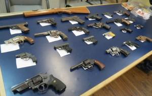 Het project 'Entregá i Desarmá Kòrsou' leverde 416 wapens op die werden ingeleverd bij het OM. Foto: Openbaar Ministerie