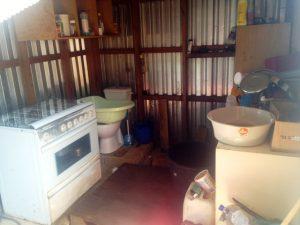 De krappe keuken van familie Martis - foto: Gijs van den Heuvel