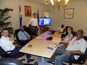 Begrotingsoverleg met gedeputeerde Astrid McKenzie (derde van links), afdelingshoofden en KPMG adviseurs. - foto: The Daily Herald/Althea Merkman