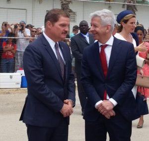 Premier Mike Eman en minister van Koninkrijksrelaties Ronald Plasterk in gesprek tijdens het officiële gedeelte van het bezoek van het koninklijk echtpaar aan Aruba - foto: Sharina Henriquez