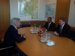 Minister Plasterk (links) dinsdag met premier Eman (rechts) en minister Sevinger - foto: regering Aruba