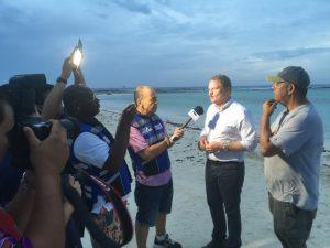 Premier Mike Eman spreekt de lokale pers toe op Baby Beach een dag nadat orkaan Matthew ten noorden van Aruba was getrokken. Foto: Ariën Rasmijn