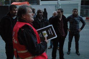Willem Banning (FNV) deelt pamfletten uit bij het Tilburgse stadhuis. Foto: Pieter Hofmann.