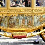 De Gouden Koets heeft een illustratie aan de zijkant met het beeltenis genaamd 'Hulde der Koloniën'